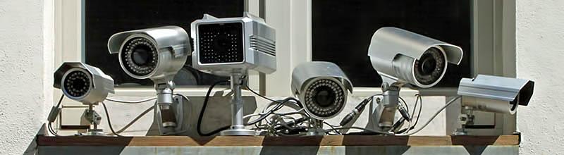 sehr auffälig installierte Kameras an unserem Geschäftssitz