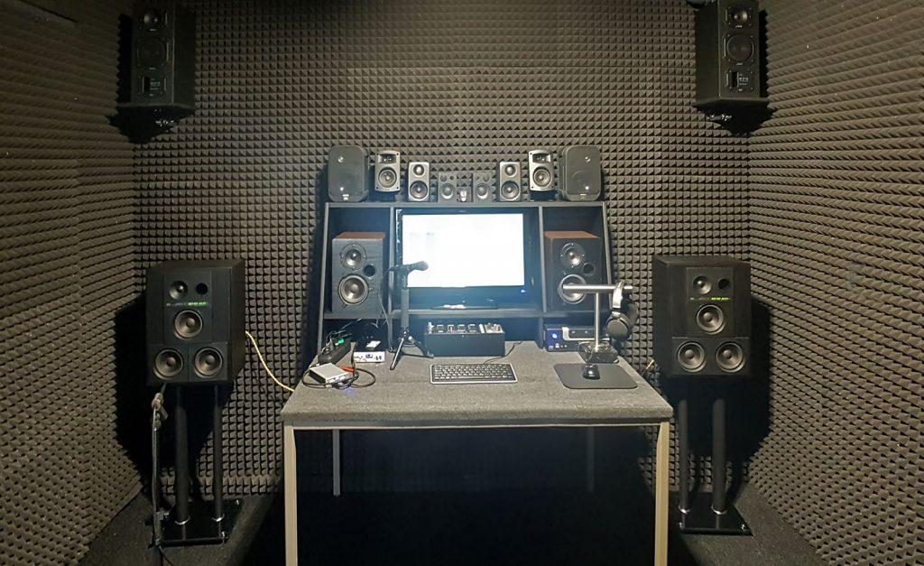 Lautsprecher- und Boxen-Prüfplatz im reflexionsarmen Hörraum