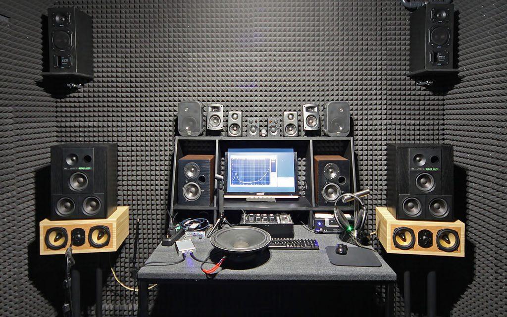 Lautsprecher- und Boxen-Prüfplatz in unserem reflexionsarmen Hörraum