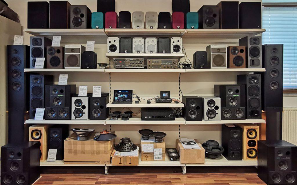 Lautsprecherregal im Juli 2019 - über 40 vorführ bereite Lautsprecherboxen