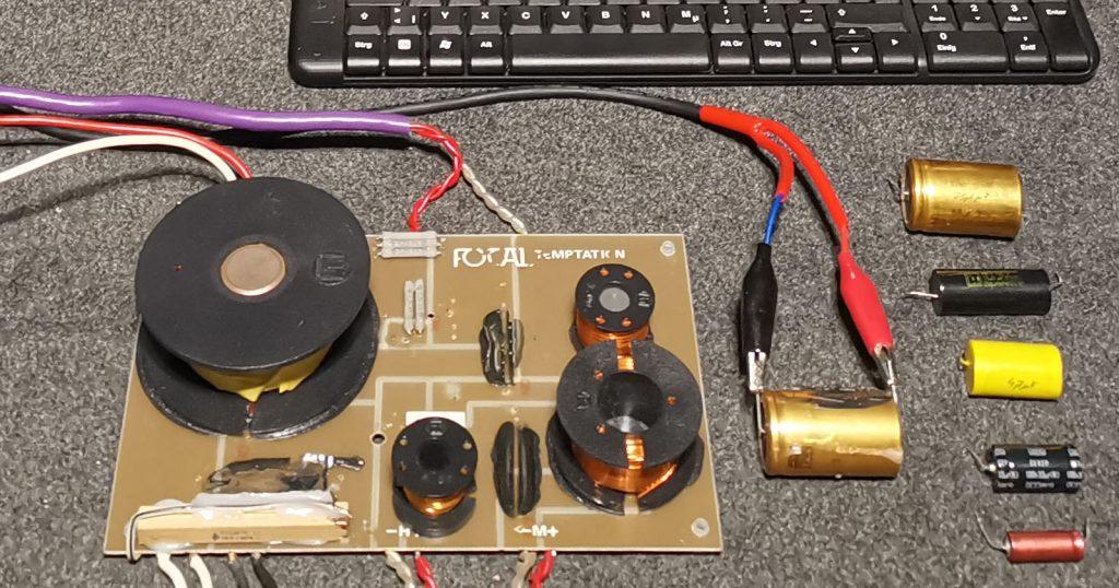 Frequenzweiche und deren Bauteile bei der Messung am PC