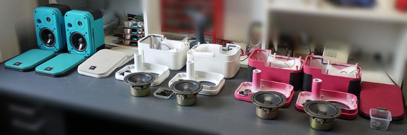 JBL Control 1 in türkis, weiß und pink, während der Instandsetzung