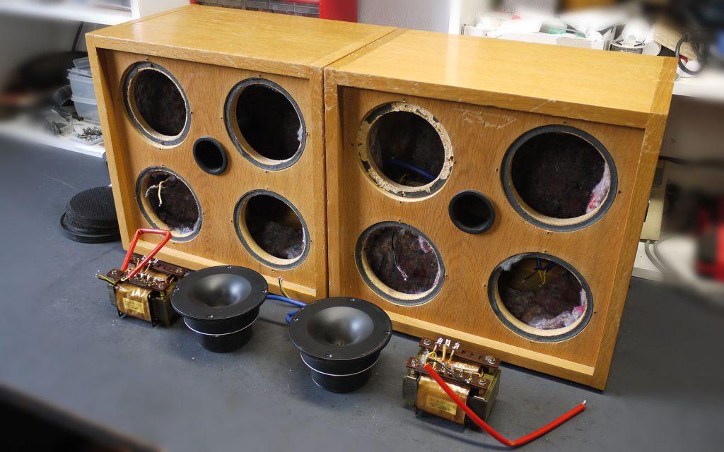 ME Geithain- ITS52 zerlegt, gut zu erkennen sind die Hochtonhörner und die ausgebauten 100V-Transformatoren